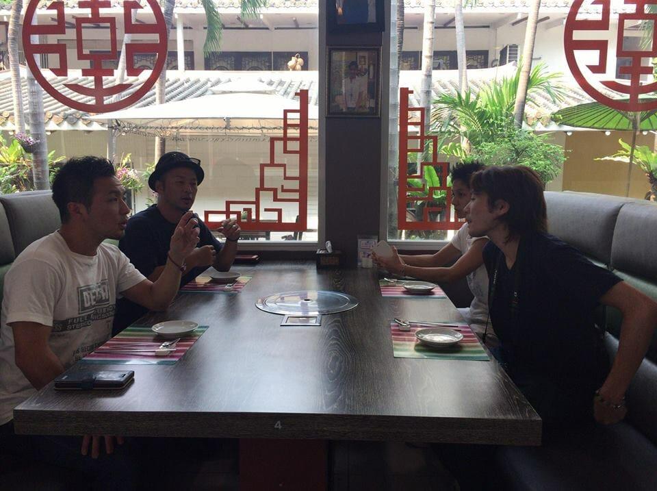 秘密の会合前のレストラン