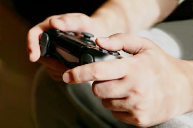 オンラインゲームにハマる大人