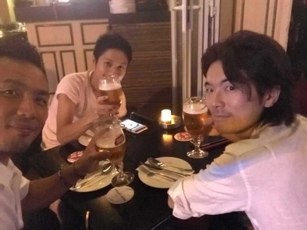 香港で夜中まで飲む三武将